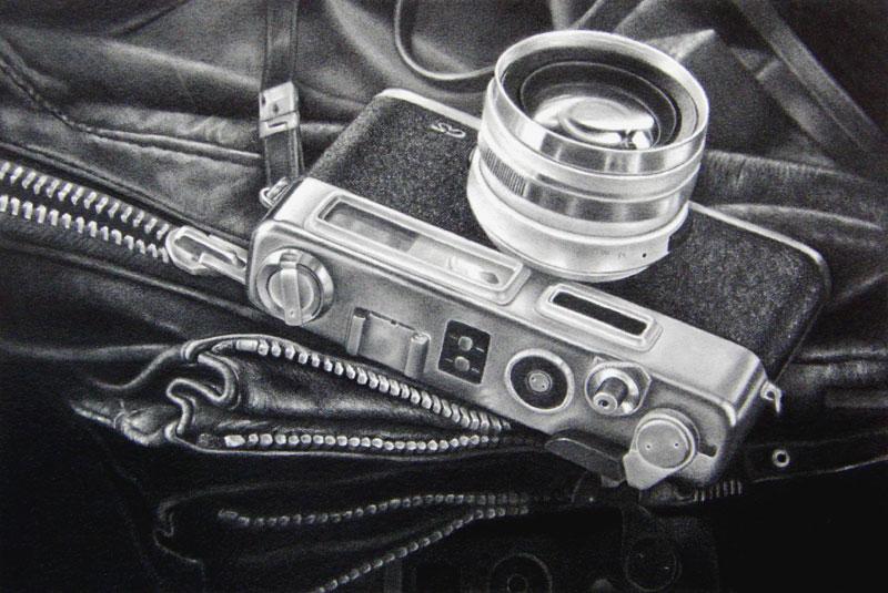 枝川真理の細密鉛筆画 カメラ、革ジャンパー
